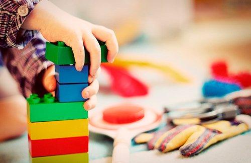 niño jugando con piezas de colores