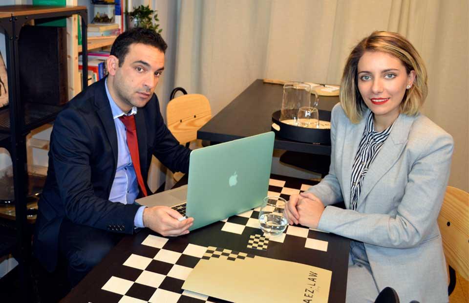 mujer reunida con su abogado
