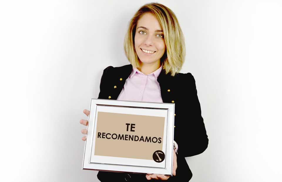 mujer con cartel de recomedar abogado