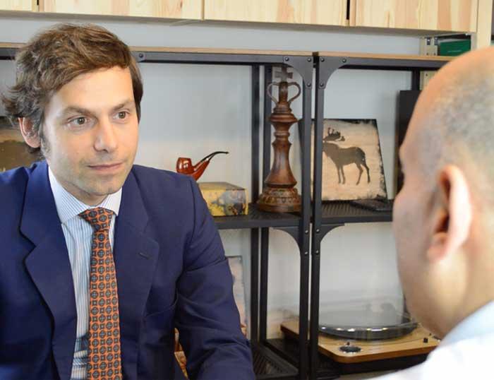 un abogado atiende a su cliente