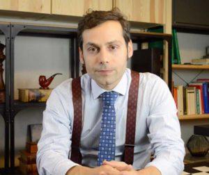 abogado en su despacho