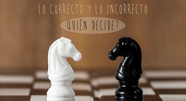 Dos caballos de ajedrez de diferente color