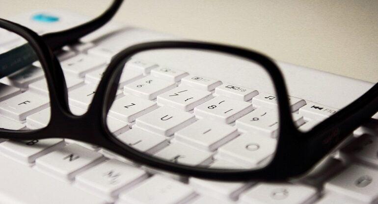 gafas sobre teclado