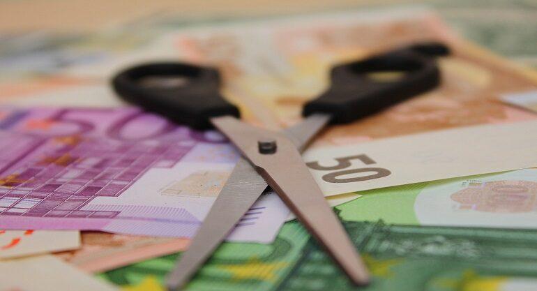 Billetes de euro con tijeras encima