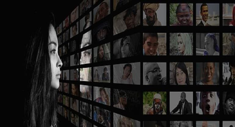 Mujer mirando multiples televisiones